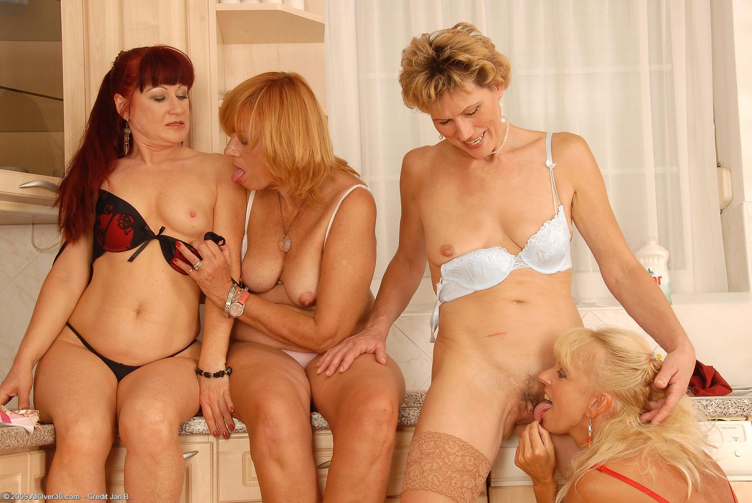 Русское порно любительское зрелые с молодыми лесбиянки 26 фотография